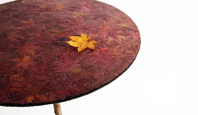 <strong>Bio-Vide</strong><br />「土に還る」というコンセプトを視覚化し、落ち葉で作成したテーブルや封筒。