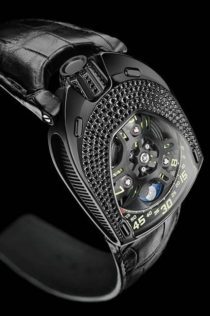 <strong>UR-106 ブラックロータス</strong><br /> ケース|ブラックダイヤモンド付きブラックPVD加工ステンレススチール)<br /> サイズ|縦49.4×横35mm<br /> 厚さ|14.45mm<br /> ムーブメント|自動巻き(Cal.UR 6.01)<br /> 機能|3つの回転する円盤で時刻を表示するアワーサテライト機構、ムーンフェイズ<br /> ストラップ|アリゲーター<br /> 防水|3気圧<br /> 限定数|11本<br /> 発売時期|発売中<br /> 価格|1150万円(税別)