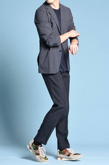 "<strong>MEN'S STYLE</strong><br /> 知的で大人なジャケットスタイルには、あえて迷彩柄スニーカーを合わせてハズすことでこなれた仕上がりに。   <br />  <a href=""/gallery/1470755/18"" class=""link_underline""> 靴 1万7280円</a>    <br /> <br />  <a href=""http://www.regalshoes.jp/week/16s/mens/#shoes16"" target=""_new"">http://www.regalshoes.jp/week/16s/mens/#shoes16</a>"