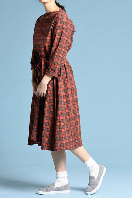 """<strong>WOMEN'S STYLE</strong><br /> パンチングを施した軽快なスウェードスニーカーに、あえてレトロなワンピースを合わせ、ミスマッチを愉しむのが旬。  <br />  <a href=""""/gallery/1470755/34"""" class=""""link_underline""""> 靴 1万5120円  </a>  <br /> <br />  <a href=""""http://www.regalshoes.jp/week/16s/ladies/#shoes13"""" target=""""_new"""">http://www.regalshoes.jp/week/16s/ladies/#shoes13</a>"""