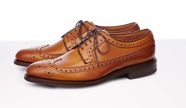"""<strong>MEN'S</strong>/クラシックなアメリカントラッドデザインのモデル。グッドイヤーウェルト式製法で仕立てられているので、足に馴染みやすく、履き込むほどに増していく魅力を楽しめます。明るめのブラウンに味わいのある焦がし仕上げが軽やかさと高級感を演出します。3万240円  <br /> <br />  <a href=""""http://www.regalshoes.jp/week/16s/mens/#shoes01"""" target=""""_new"""">http://www.regalshoes.jp/week/16s/mens/#shoes01</a>"""
