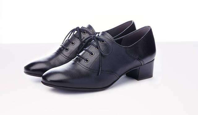 """<strong>WOMEN'S</strong>/ほどよくマットな質感のブラックが凛々しい、リーガルらしいサドルデザインのマニッシュなレースアップシューズ。足の形にフィットする構造なので、履き心地もよくスタイリッシュに決まります。メンズにはないきれいなシルエットがポイント。1万8360円   <br /> <br />  <a href=""""http://www.regalshoes.jp/week/16s/ladies/#shoes04"""" target=""""_new"""">http://www.regalshoes.jp/week/16s/ladies/#shoes04</a>"""