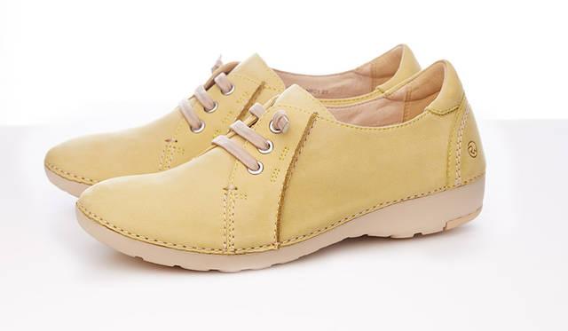 """<strong>WOMEN'S</strong>/ミモザイエローの春らしく明るいカラーバリエーションが魅力的なカジュアルシューズ。ゴム紐なので、脱ぎ履きもスムーズです。軽快な足取りを感じられる、軽くて柔らかい履き心地が楽しめる一足です。1万7280円   <br /> <br />  <a href=""""http://www.regalshoes.jp/week/16s/ladies/#shoes16"""" target=""""_new"""">http://www.regalshoes.jp/week/16s/ladies/#shoes16</a>"""