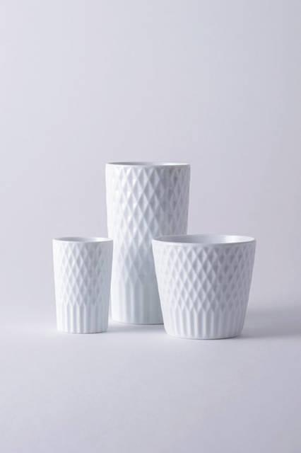 """224porcelainのダイヤモンドパターン入りのカップ。有田焼から派生した肥前吉田焼の磁器ブランドで、有田町に隣接する嬉野市で製作している。決まった様式のない自由なものづくりを特徴に掲げており、白磁の美しさと、細やかなダイヤモンドパターンという発想も、そんな自由さから生まれている。<br /><br />  <strong>224porcelain</strong><br /> Tel. 0954-43-9322<br /> <a href=""""http://www.224porcelain.com"""" target=""""_blank"""">http://www.224porcelain.com</a>"""