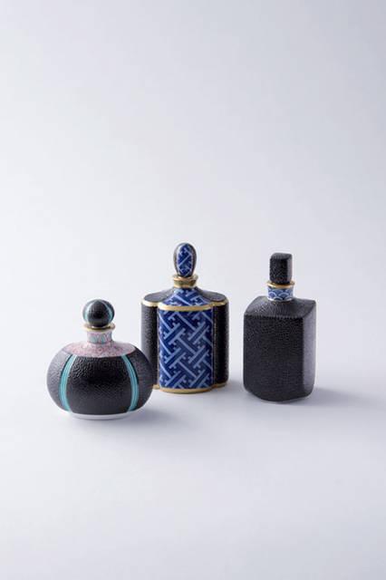 """畑萬陶苑の香水瓶。昭和元年創業の伊万里の窯元で、旧鍋島藩の秘窯の里と家割れる大川内山の伝統を受け継ぎ、独特の山水画の絵付けが高い評価を受けてブランドとして確立している。芸術的な作陶も行い、この香水瓶にも、シックでエレガントながら、日本の伝統美が反映された作りとなっている。<br /><br />  <strong>畑萬陶苑</strong><br /> Tel. 0955-23-2784<br /> <a href=""""http://hataman.jp"""" target=""""_blank"""">http://hataman.jp""""</a>"""