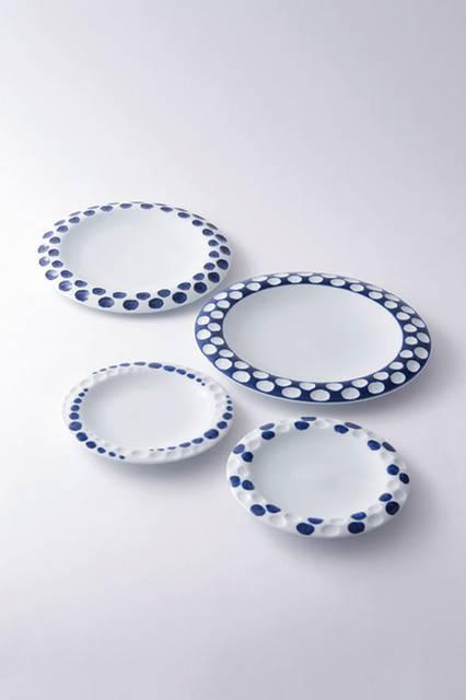 """源右衛門窯のホワイトにブルーが美しい皿。古伊万里(江戸期の有田焼の呼称)を今に伝える窯元で、創業から260年。熟練陶工の手技による昔ながらの製法にこだわりぬき、和洋を問わない器に、美しい絵付けを施している。1970年代にティファニーと共同開発した器が、同点に陳列されて成功を収めるなど海外との交流も盛んに行っている。この皿は、円とホワイト&ブルーのコントラストの配置が匠で、シンプルながらに目に楽しい作品だ。<br /><br />  <strong>源右衛門窯</strong><br /> Tel. 0955-42-4164<br /> <a href=""""http://www.gen-emon.co.jp"""" target=""""_blank"""">http://www.gen-emon.co.jp</a>"""