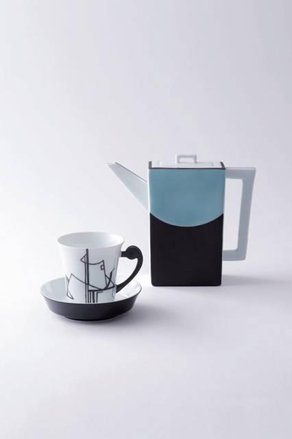 """深川製磁のモダンなティーポット&ティーカップ。窯元の創業者である初代深川忠次は、1900年のパリ万博に出展し、金賞を受賞。欧州各地に代理店を設け、世界に有田焼を広めた功労者だ。その精神を受け継ぐ深川製磁は、ミラノにスタジオを設けるなど、積極的に海外のデザイントレンドを取り入れるている。このポット&カップのグラフィックやカラーリングもそうした和と洋を融合させる努力の上に生まれている。<br /><br />  <strong>深川製磁</strong><br /></a> Tel. 0955-46-2251<br /> <a href=""""http://www.fukagawa-seiji.co.jp"""" target=""""_blank"""">http://www.fukagawa-seiji.co.jp</a>"""