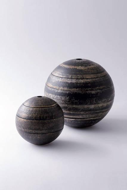 李荘窯(RISO porcelain)の5段重ねの球形の器。李荘窯は、有田焼の開祖である李参平の住居跡に創業した。磁器彫刻の製作から食器づくりへと軸足を移して現在に至り、感動を覚える器作りを目指して、作陶に挑んでいる。この5段重ねの器も、黒漆の吹付けを施して、焼き上げることで、表面が渋い梨地に仕上がっており、手の込んだ作りとなっている。  李荘窯 Tel. 0955-42-2438 http://www.risogama.jp