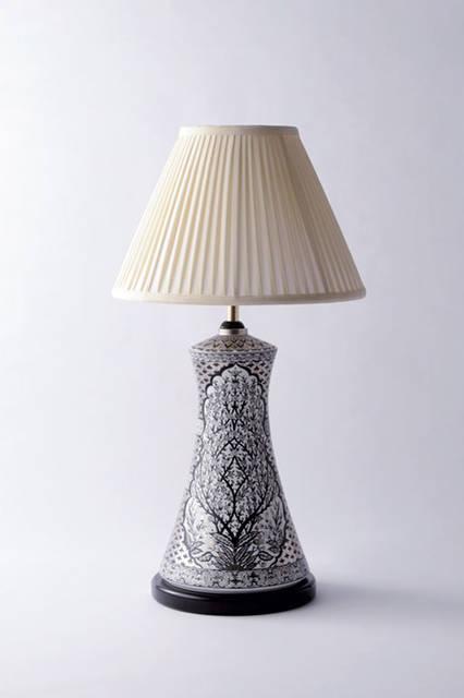 """ARITA PORCELAIN LAB(アリタ ポーシェリンラボ)の電灯スタンド。創業200年以上の歴史を持つ老舗窯元「弥左エ門窯」が現代のライフスタイルに合わせて送るブランドの一作。陶磁器が食器やタイル以外にも用いられることを端的に示しており、その絵付けの繊細さが見事だ。リビングや寝室に穏やかで芸術的な潤いを与えてくれる。<br /><br />  <strong>ARITA PORCELAIN LAB</strong><br /> Tel. 0955-43-2221<br /> <a href=""""http://aritaporcelainlab.com/"""" target=""""_blank"""">http://aritaporcelainlab.com/</a>"""
