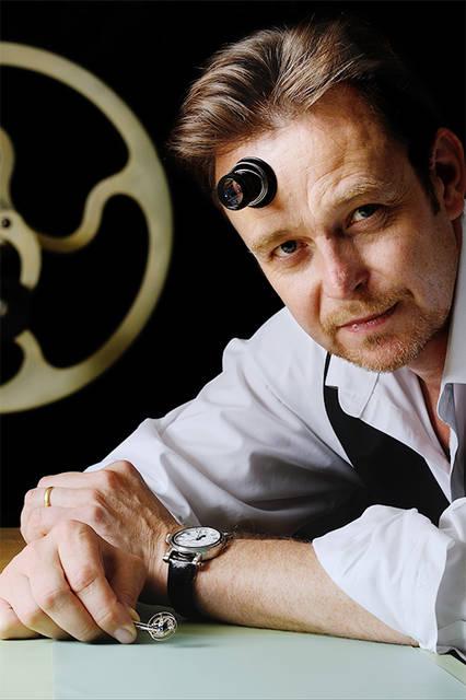 スピーク−マリンは、イギリス人時計師、ピーター・スピーク−マリン氏が、スイスで主宰する工房で作られるウォッチブランドである。スピーク−マリンというブランドの成立は2002年だが、スピーク−マリン氏は1980年代に古時計の修復に携わり、1996年からスイスで独立時計師として時計の製造を手がけ、時計ファンには複雑モデル製造の名手として知られている。独特で芸術的なスポークの形状をした歯車を要所に使用するのが常だが、今は、それがブランドのロゴとなり、文字盤の意匠にもなっている。  SIHH期間中、ジュネーブの市内で個別に展示を行っているが、今回登場したのは、ベーシックモデルのイメージを一新するものだ。昔の海洋クロノメーターを思い起こさせるような古典的なモデルと、ロゴをモチーフとする個性的な計時方式のモデルに、新たなデザインの要素を吹き込んでいる。