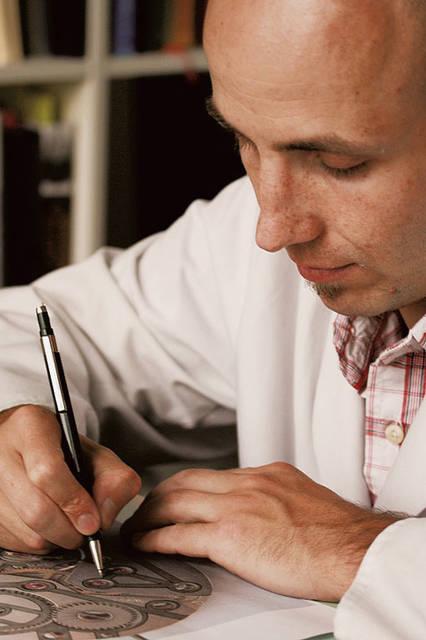 時計師であり、彫金師でもあるステファン・クドケ氏。