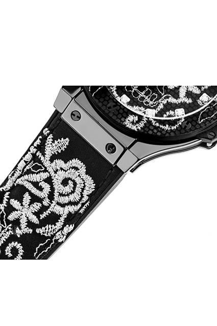 <strong>ビッグ・バン ブロイダリー セラミック</strong><br /> ケース|ブラックセラミック。ベゼルは、カーボンファイバー製でブラックレイヤーにシルバーの刺繡<br /> 直径|41mm<br /> ムーブメント|自動巻き(Cal,HUB1110)<br /> ストラップ|ブラックラバー+ブラックシルクサテンにシルバーの刺繍<br /> 防水|10気圧<br /> 限定数|200本<br /> 発売時期|8月予定<br /> 予価|144万円(税別)