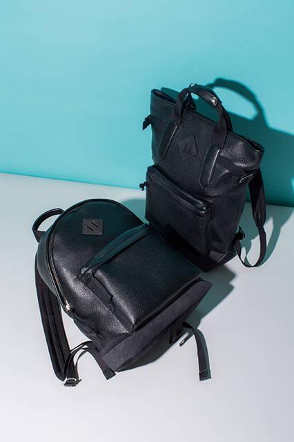 従来のスタイルよりサイズが小さくなったバックパックは、ひと目で違いがわかる上質なカーフスエードとディアスキンの異素材コンビ。スポーティーな着こなしとも相性の良いベーシックタイプと、トートバッグとしても使えるツーウェイタイプのふたつのバックパックが登場する。 <br><br>  左バッグ[W34×H42×D22cm]36万7200円、右バッグ[W32×H47×D19cm]42万1200円/トム フォード〈阪急メンズ大阪3階〉〈阪急メンズ東京1階〉