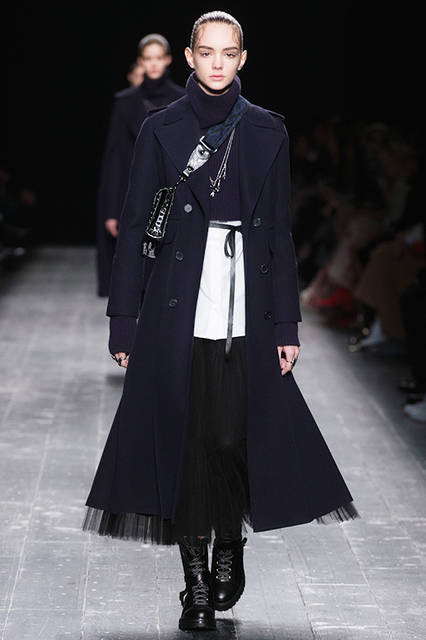 """<strong><a href=""""/brand/valentino"""">VALENTINO ヴァレンティノ</a></strong> <br><br> <a href=""""/gallery/1479452""""  class=""""link_underline"""">2016-17年 秋冬 ウィメンズ コレクション</a>"""