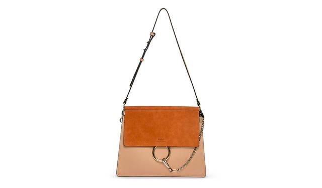 ノンシャランなクロエガールズのスピリットを象徴する「FAYE」バッグは、ラグジュアリーでエレガントかつエフォートレスな洗練された佇まいながら、アコーディオンガゼット(マチ)による高い収納力を兼ね備えた、アクティブなクロエガールズにふさわしいバッグ。バッグ(café)21万1680円