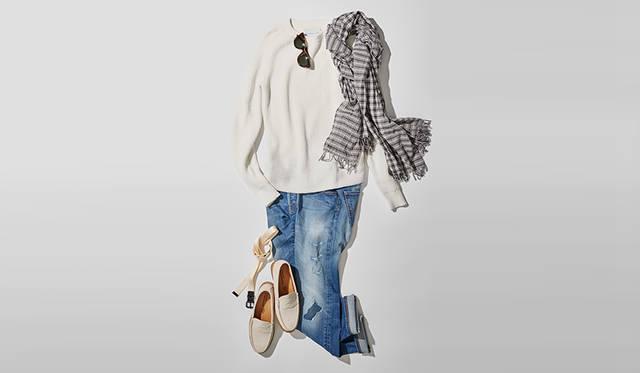 シンプルなホワイトのクルーネックセーターに、今季久々に注目が集まるダメージ加工のジーンズのコーディネイト。足元にリーガルのオフホワイトスエードローファーを合わせることで、ダメージジーンズのラフさが抑えられ、清潔感ある大人らしい印象にまとまる。 <br /> <br /> 靴2万5920円/リーガル(リーガルコーポレーション)、ニット2万4840円/エストネーション、デニム6万3720円/ヤコブ コーエン(ビームス 銀座)、ストール3万240円/ロールーム(リベラルマテリアルズ)、サングラス3万2400円/アヤメ、ベルト1万4040円/サイ(マスターピースショールーム)