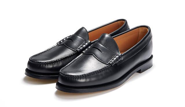 伝統のハンドソーンモカ製法とビーフロールを採用し、オイルドレザーとラバーソールを採用したオーセンティックなローファー。ブラックはモードテイストのスタイルやスーツにもコーディネイトできるはず。2万5920円