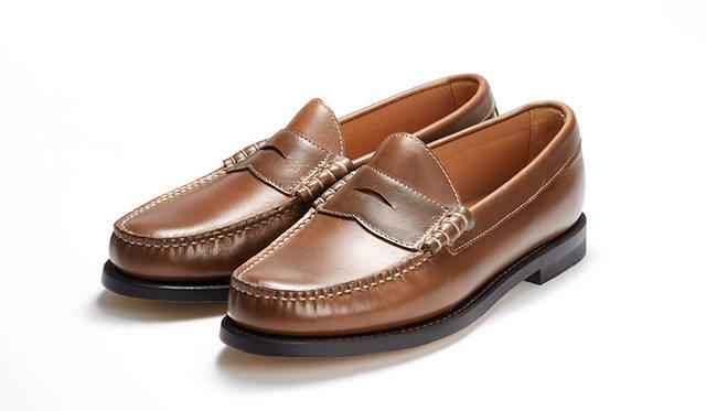 伝統のハンドソーンモカ製法とビーフロールを採用し、オイルドレザーとラバーソールを採用したオーセンティックなローファー。ムラのある奥深い表情のブラウンは、これからの季節の素足履きがよく似合う。2万5920円