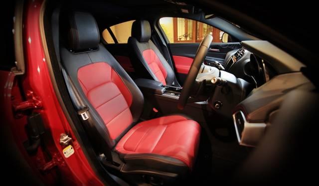 スポーツカー的ドライビングポジションを追求したという。写真の「レッド/ジェット(ブラック)」という組み合わせのパーフォレーテッドレザーシートはオプション