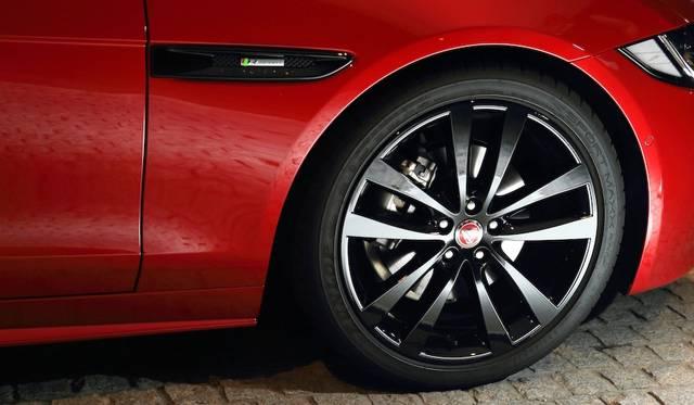 Rスポーツの標準タイヤサイズは前後とも225/40R18。写真の試乗車はオプションの19インチブラックフィニッシュ軽合金ホイールを装着