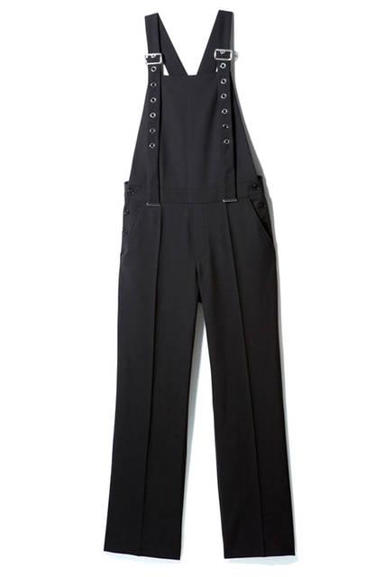 きちんと感がありながら、大きめのグロメットがついたストラップがほどよいモード感を醸し出すハンサムなオールインワン。コンパクトなシャツと合わせてシンプルに着こなして。オールインワン5万6160円(ディーゼル ブラック ゴールド)