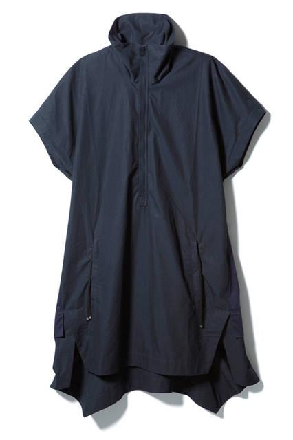 フロントのジップでハイネックにもなるスタイリッシュなドレス。別素材で切り替えたバックシャンなデザインがモードな表情を添える。ドレス4万4280円(ディーゼル ブラック ゴールド)