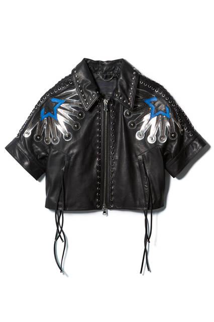 グロメットやスタッズ、レースアップディテールがあしらわれたロックなレザージャケット。ショートスリーブなのでハードになりすぎず女性らしく着こなせそう。パンチの効いたスターモチーフがアクセントに。レザージャケット27万2160円(ディーゼル ブラック ゴールド)