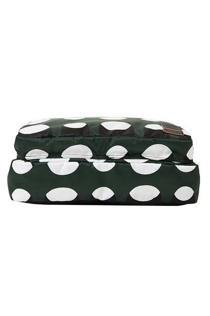 <strong> 3WAY CLUTCH </strong><br> メインルームのジッパーは、中央のテープを引っぱり、スナック菓子の袋を開けるように開閉するユニークで機能的な仕組み。背面に付いたストラップは、そのままスーツケースの ハンドルに通したり、伸ばしてワンショルダーバッグにしたりと、ハンズフリーになる為の アイデアが詰まったクラッチスタイルのポーチです。 <br>  W35 x H24 x D8cm <br> 6万5000円(税別)