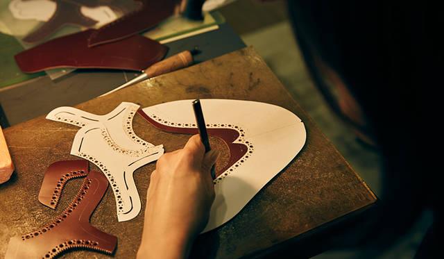 ビスポークアトリエでの作業風景。ブローギングと呼ばれる穴飾りは、ひとつひとつ手打ちで施される。手作業なので打つ位置やバランスなどを微調整でき、完成度が高められる。プレスで一気に型打ちする既製品では難しい、ミリ単位のこだわりまで表現できるというわけだ。
