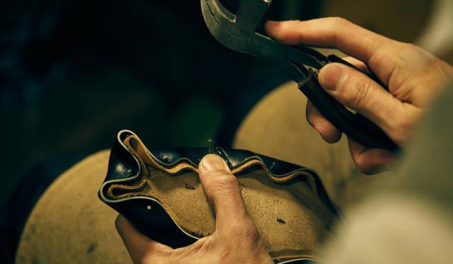 木型に縫い上がったアッパーをかぶせて固定する、釣り込みという作業。靴を立体的に仕上げるための重要な工程だ。既製靴の場合は機械を用い、均一な力で引っ張って固定するが、ビスポークでは随所で力を加減しながら固定するため、より美しく立体的なフォルムに仕上がる。