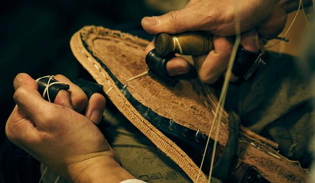 アッパーと靴底を接合する底付けは、紳士靴の命ともいえる工程で、履き心地や耐久性を大きく左右する。リーガルのビスポークではハンドソーンウェルテッドという最高峰の製法をおもに採用。松ヤニを塗った丈夫な麻糸を用い、細かなピッチでしっかりとすくい縫いしていく。