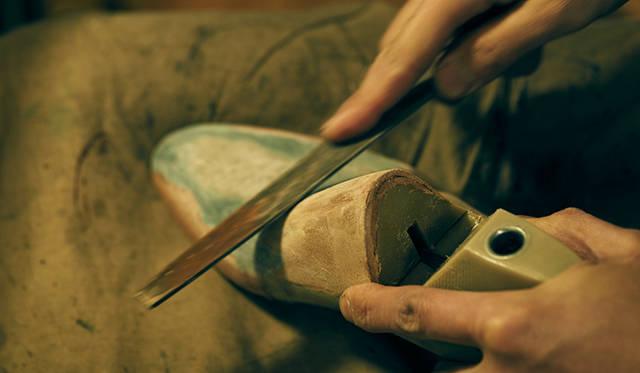 木型の削り出しもビスポークアトリエにて職人が行う。オーダーサロンでの採寸も、また仮縫い後の木型修正もすべて同じ職人が手掛けるため、一人ひとりの足に合った木型を仕上げることが可能であり、ひいては抜群のフィッティングを備えたビスポークシューズを追求できる。
