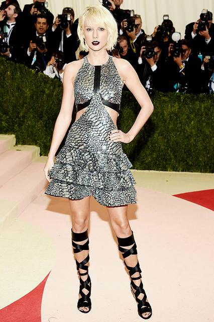 "Taylor Swift|テイラー・スウィフト<br><br> Dress|<a href=""/brand/louis-vuitton"">LOUIS VUITTON</a> <br><br>  <a href=""/gallery/1482034"" class=""link_underline"">2016-17年 秋冬 ウィメンズ コレクション</a>  <br><br> © Louis Vuitton"