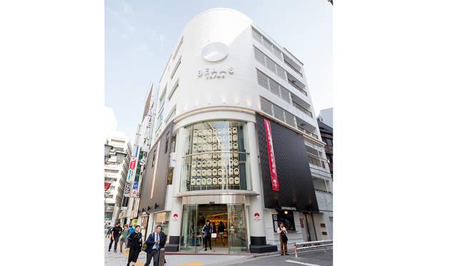 大阪・秋村泰平堂が手がけた63個の提灯が飾られたファサード。提灯には47都道府県とビームス創業の地・新宿をアイコンにしたロゴが描かれている