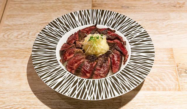 """地下1階には、総合アドバイザーの小山薫堂氏がプロデュースしたレストラン「日光金谷ホテル クラフトグリル」がお目見え。トッピングにフライドエッグをのせた赤城和牛の""""ビフテキ丼"""""""