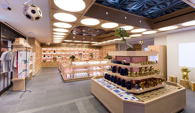 全国各地の伝統工芸品や日用品、食品のほか、日本のクリエーションを紹介するイベントスペースが並ぶエントランスフロア