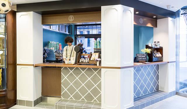 全国各地の伝統工芸品や日用品、食品のほか、日本のクリエーションを紹介するイベントスペースが並ぶエントランスフロアには、珈琲専門店の「猿田彦珈琲」のコーヒースタンドも