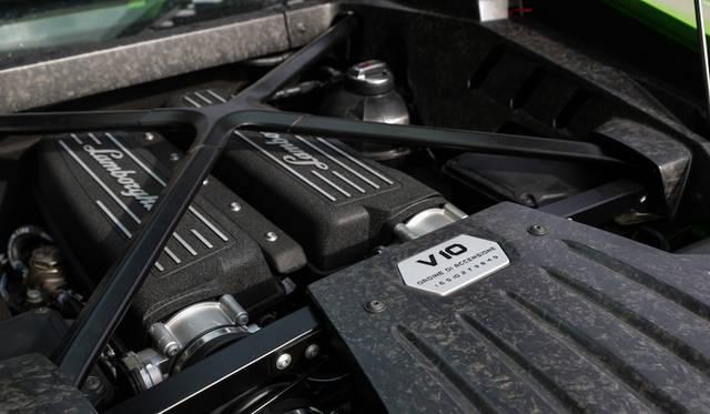 最高出力は580馬力 (427 kW) @ 8000 rpm。最大トルクは540Nm@6500rpm。低負荷時は5気筒になる気筒休止システム採用