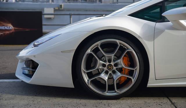 タイヤは前が245/35 R19、後ろが305/35 R19