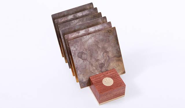 店内什器にもこだわりのあるrag & bone では、ブルック リンのサンセットパークにあるワークハウスにて、店舗 用の一部什器を手作業で製作している。そのワークハ ウスの職人の手で、1点1点すべての工程を手作業で製 作されたカスタムアクセサリーコレクション。<br><br>COASTERS 2万5920円<br>6枚セット ウォルナットの木を使ったスタンド付き