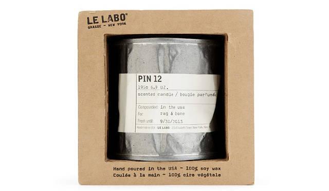 2006年に創立された、ニューヨークを代表す るパフューム専門店Le Labo。ラベルにrag & boneの印字がされたダブルネームのキャンド ル。rag & bone デザイナーのMarcusとDavid がLe Laboのキャンドルの中でも最も好きな香 りであるSANTAL 26 を使用。 <br><br> 9720円