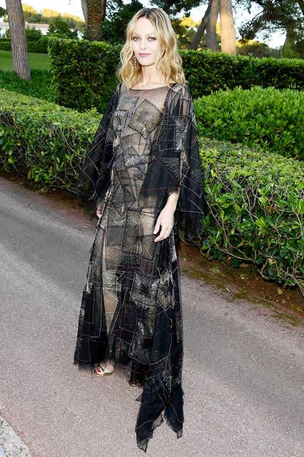 """ヴァネッサ パラディ<br /> <a href=""""/brand/chanel"""">CHANEL</a><br /> 2013/14年秋冬オートクチュールコレクションの刺繍が施された、黒いシルクチュールのドレスを着用。  18Kイエローゴールド、ダイヤモンド、ロッククリスタルの「マニエティック」イヤリングをコーディネート。  メークアップは以下のとおり。  <br /> スキンケア <br /> イドゥラ ビューティ マイクロセラム  <br /><br /> フェイス メークアップ <br /> レ ベージュ タン ベル ミン N°30 <br /> レ ベージュ スティック ベル ミン N°20  (日本での販売終了)  <br /><br /> アイ メークアップ <br /> ル ヴォリューム ドゥ シャネルウォータープルーフ #10 ヌワール <br /> アンプラント デュ デゼール (2016 サマー メークアップ コレクション) <br /> スティロ ユー ウォータープルーフ#817 オアジス (2016 サマー メークアップ コレクション)  <br /><br /> リップ メークアップ <br /> ルージュ アリュール ヴェルヴェット#55 ラ デリキャット (日本での販売終了)  <br /> <br /> ©chanel"""