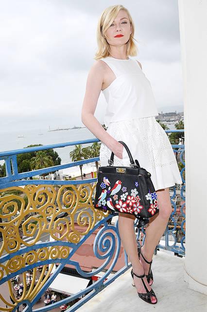 """キルスティン・ダンスト<br /> <a href=""""/brand/fendi"""">FENDI</a><br /> 彼女がこの日のために選んだのは、2016年リゾートコレクションのホワイトドレスとブラックサンダル、 そして鮮やかなビーズ刺しゅうが特徴のバッグ「ピーカブー(PEEKABOO)」。胸元の 直線的なカッティングとスカート部分のレーザーカットは、コレクションのテーマ「心地良い攻撃性」を表現。   <br /><br /> FENDI– ドレス 29万7000円(税抜)<br /> FENDI– バッグ """"ピーカブー"""" 参考商品<br /> FENDI– シューズ 参考商品"""