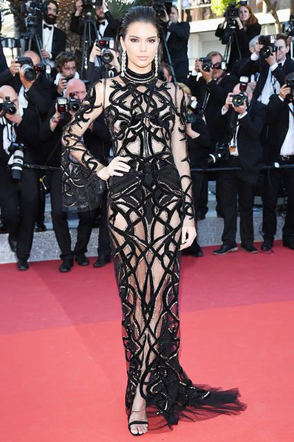 """ケンダル・ジェンナー<br /> <a href=""""/brand/roberto-cavalli"""">Roberto Cavalli</a><br /> レッドカーペットで、米・モデルのケンダル・ジェンナー(Kendall Jenner)がロベルト・カヴァリ クチュールのドレスを着用。シルクチュールで出来たドレスは、リュクスなスネークとベルベッドが織り交ぜられたゴージャスな逸品。 <br /> <br /> ©roberto cavalli"""