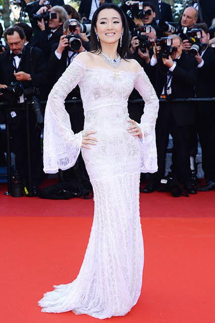 """コン・リー<br /> <a href=""""/brand/roberto-cavalli"""">Roberto Cavalli</a><br /> 着用したのはベルスリーブのロングドレス。レースの上から全体にエンブロイダリーが施された、上品でゴージャスなドレス。  <br /> <br /> ©roberto cavalli"""