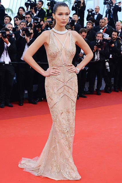 """ベラ・ハディド<br /> <a href=""""/brand/roberto-cavalli"""">Roberto Cavalli</a><br /> マーメイドシルエットにシルクチュールで作られた、深Vラインのドレスを着用。ドレス全体にエンブロイダリーが施され、クリスタルが散りばめられている。 <br /> <br /> ©roberto cavalli"""