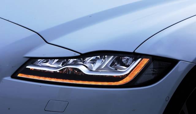 XF Sのヘッドランプはジャガー初のアダプティブ式フルLEDで、Rスポーツ、ポートフォリオ、Sに標準装備