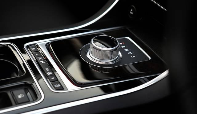 ギアセレクターは伝統の円筒式。その下のジャガードライブコントロールは、「ダイナミック」「ノーマル」「ウィンター」と選択可能