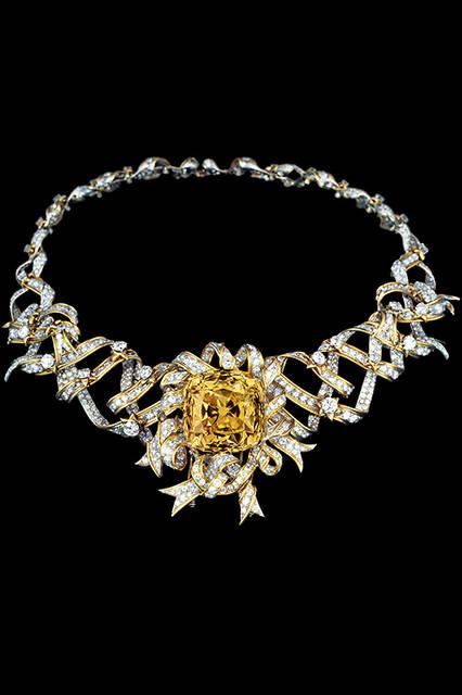ジュエリーデザイナーのジーン・シュランバーゼが「ティファニー ダイヤモンド」を用いてデザインしたネックレスは1961年、映画『ティファニーで朝食を』の宣伝用写真として登場。
