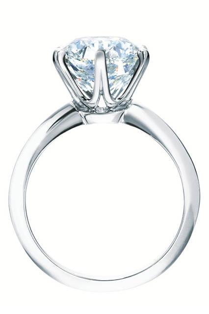 「ブリリアンカットダイヤモンドの美しさを引き立てるリングを作りたい」と、1886年にチャールズ・ルイス・ティファニーが、ティファニーセッティングを考案。